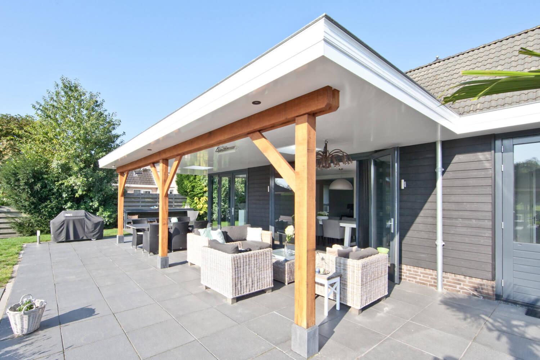 Verbouwing Rijsenhout: uitbouw met houten luifel in Rijsenhout